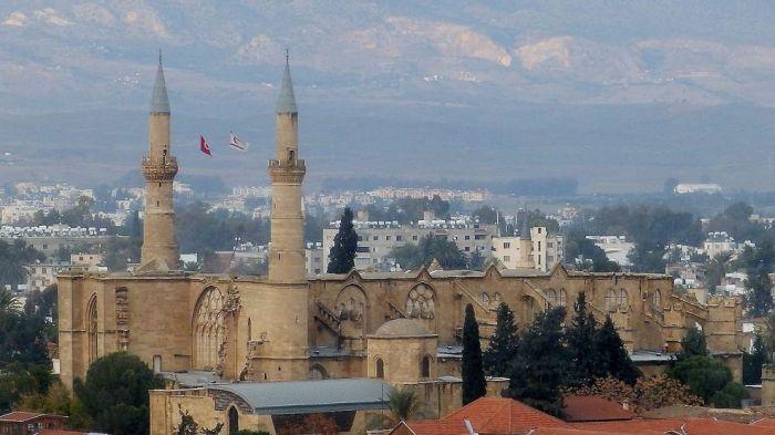 Nicosia-Xipre-Europa-Selimiye-banda_1639046094_33547925_987x555