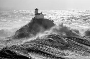 France, Finistère (29), île de Sein, Pointe du Raz, Phare de Tevennec lors d'une tempête (vue aérienne)